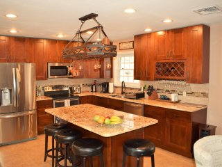 Luxurious home - Gorgeous Kitchen/ Wood Burning Fire Place/ Amazing Deck/ Hot
