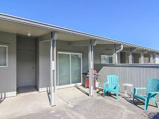 Charming Oceanfront Condo in Gearhart with Pool!
