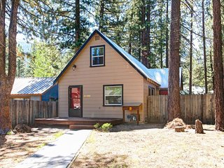 Charming alpine cabin close to skiing, hiking, and a wide range of lakeside fun!