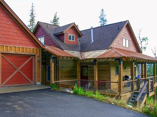 Spacious, luxury cabin with glorious mountain views & private hot tub