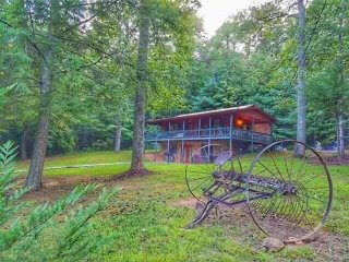 TRANQUILIDAD- 3 BEDROOM, 2 BATH CABIN! SLEEPS 7, WIFI, HOT TUB, BUMPER POOL