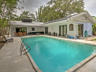 Sarasota House w/Backyard Oasis - 10 mins to Beach