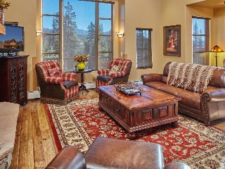 Ski-in/ski-out lodge w/2 fireplaces, private hot tub, & loft in Moonlight Basin!