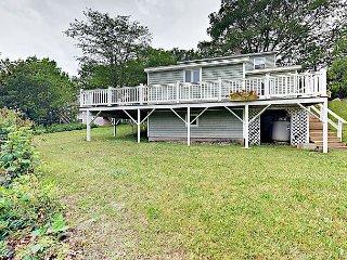 Cozy 3BR Lobstermen's Cottage - Large Deck w/ BBQ, Walk to Beach & Village
