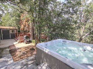 ADORABLE Getaway! Newer feel, Private Hot Tub with TREES! Ski Slope Views