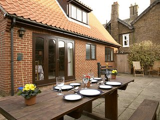 Brent Cottage is a very well equipped 'home from home', close to quay and shops