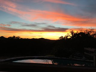 Mockingbird Hill - Hill Country views from the Pool. 2 min. to Wimberley Square!