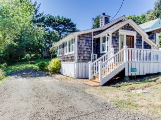Cozy cottage with lovely ocean views - walk to the beach and town!