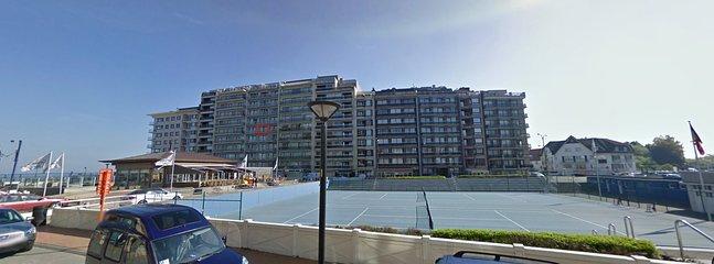 Situation de l'immeuble par rapport aux terrains de tennis et paddle