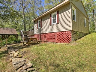 New! 2BR Moodus Cottage - Walk to Private Beach!