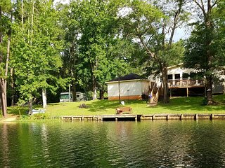 Relaxing, beautiful lakefront retreat just minutes from Houston