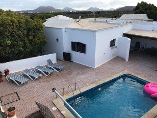 Villa con piscina privada,jardines arbolados, Islote