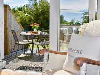 Waterfront Retreat - Immaculate seaside retreat with Solent views