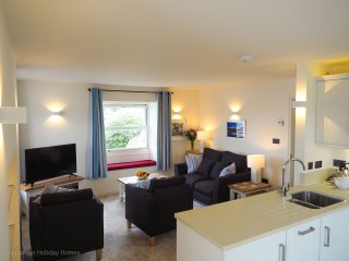 Bay View - Super deluxe modern apartment - 2 en-suite bedrooms, sea views & dedi