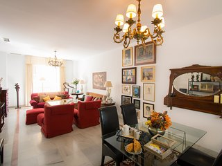 Spacious and Original City Center apartment close to the Port and beach