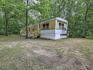 Cozy Fountain Cabin on 2 Wooded Acres by 3 Lakes!