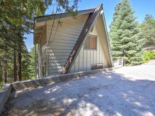 Quaint 3BR Lake Arrowhead Cabin w/ Spacious Deck!