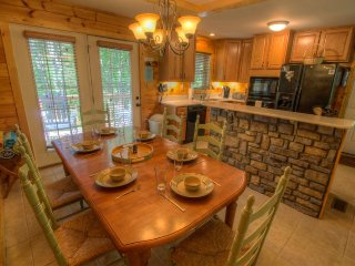 3BR Cabin, Hot Tub, 3 King Suites, Boone Area (Seven Devils), Hike to