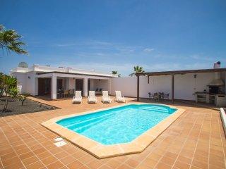 Villa en Playa Blanca con piscina climatizada