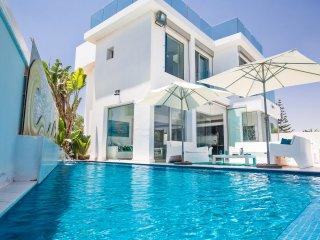 Villa Larisa, 4  bedroom front line villa with pool