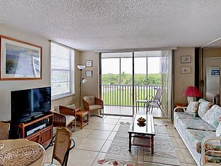 Beach & Tennis Club 1BR w/ Balcony, Shared Pool – Walk to Beach & Restaurants