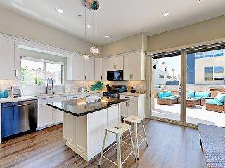 3BR w/ Ocean View From Rooftop Deck – Indoor/Outdoor Living, Walk to Beach