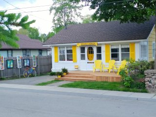 Banana Cabana is a cute 3 bdrm cottage in Crystal Beach,3 min walk to beach