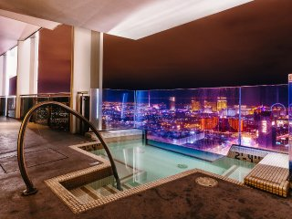 A56 Huge Penthouse 4,000sq ft + Jacuzzi w/ Strip View
