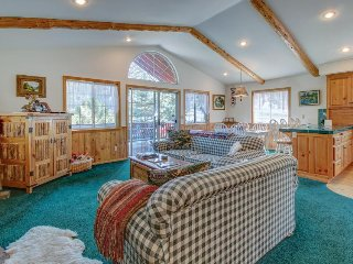 Classic, family-friendly cabin with private hot tub, balcony, and firepit