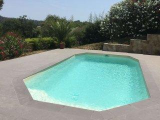 Tres beau 3 pieces de 60 m2 en bas de villa dans jardin arbore avec piscine