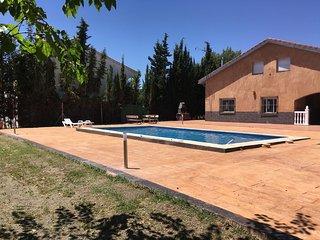 Casa con piscina privada en urbanización tranquila, a 2 min. de Úbeda