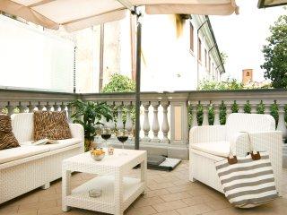 Bonnes Vacances, with terrace in the heart of Pietrasanta!