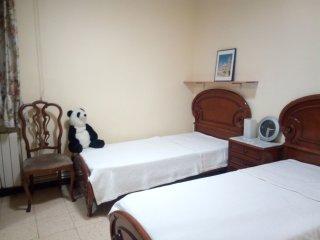 Nice quiet room with 2 beds, metro directly below
