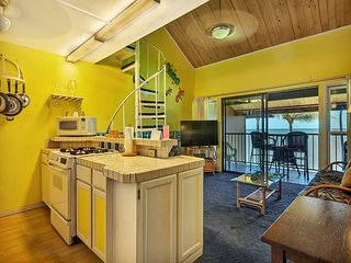 Cheery 2-Level w/Loft, Flat Screen, Private Lanai, Full Kitchen–Molokai Shores