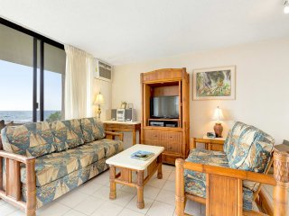 Ocean Edge Delight! Kitchen+Laundry Perks, Tile Floors, AC, WiFi, Lanai–Kona