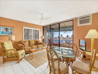 Enjoy Ocean+Pool View! Kitchen Ease, Lanai, AC, WiFi, Washer/Dryer–Kona Reef F21