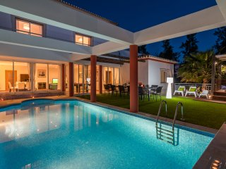 Villa Penina III - Luxury Villa with Heated Pool, BBQ, Garden