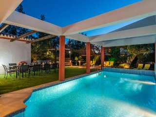 Villa Penina III - Luxury Villa with Heated Pool, BBQ, Garden