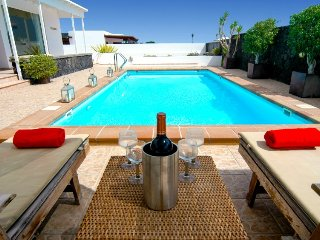 Fantastic 3 bed villa in Puerto Calero. Heated Pool. Air Con. Wifi Ref LVC253701