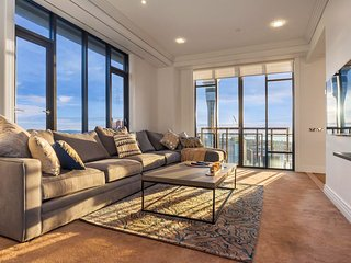 Stunning Large Apartment in the Metropolis with Views of the City, Harbour, Sky