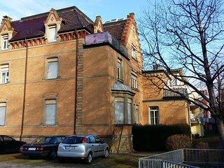 Das Apartment befindet sich im Dachgeschoss rechts mit Balkon