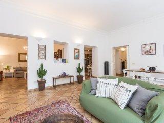 Campo de Fiori Large Charming Apartment