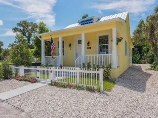 Modern Floridian B&B For Rent with Private Patio & Lounge