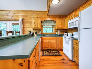 NEW! Private 3BR Epworth Cabin w/ Deck & Hot Tub!