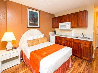 High Upgrades! Flat Screen, Kitchenette, Dining Table, AC, WiFi–Waikiki Grand