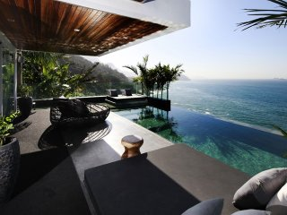 Rio033-Breathtaking luxurious villa with pool in Joa in front of the ocean