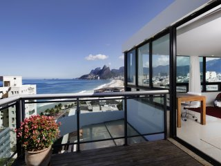 Rio069-Beautiful 3 bedroom penthouse in Ipanema with pool and stunning views