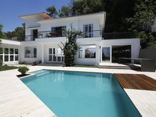 Rio096-Fabulous 6 bedroom villa with pool overlooking Rio de Janeiro