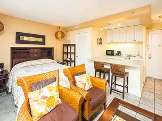 Has It All! Kitchenette, Sleep/Dine/Living Areas, TV, AC, WiFi–Waikiki Grand 722
