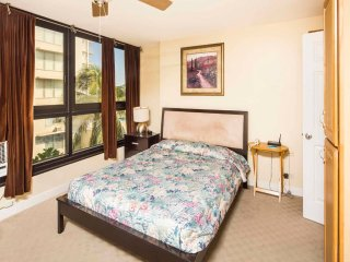 Stay in Style! Chic Kitchenette, Flat Screen, WiFi, AC, Dining Bar–Waikiki